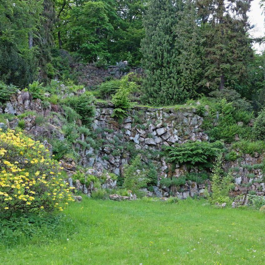Ein-ungeheuerer-Felsenberg-Der-neue-Wasserfall